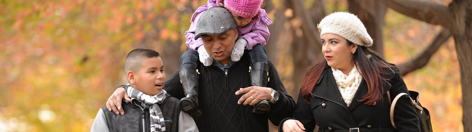 Familie im Park spazieren