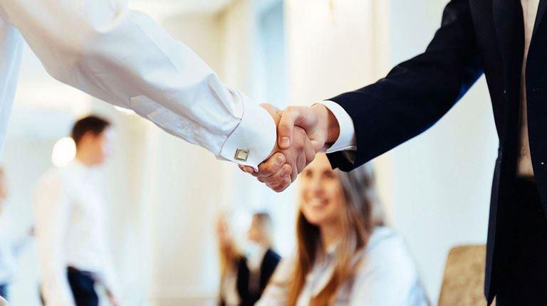 Zwei Menschen reichen sich die Hand